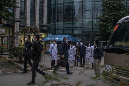 FOTO DE ARCHIVO: La misión de la OMS entrevista a algunos de los primeros contagiados en Wuhan (EFE/EPA/ROMAN PILIPEY)
