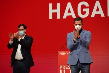 El presidente del Gobierno español, Pedro Sánchez, y el candidato al gobierno regional de Cataluña por el Partido Socialista de Cataluña (PSC), Salvador Illa (REUTERS)