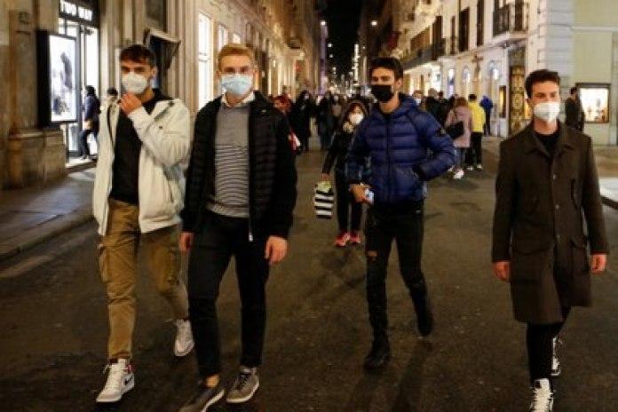 Jóvenes paseando con máscaras faciales por Via del Corso, Roma, Italia. REUTERS/Remo Casilli