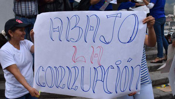 Ciudadanos protestan contra la corrupción en Quito