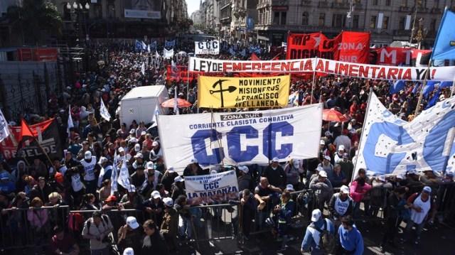 Grupos piqueteros se movilizaron hasta el Congreso para exigir que se apruebe sin demoras la ley de Emergencia Alimentaria (Franco Fafasuli)