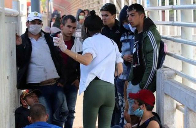 Ciudadanos paraguayos esperan en el Puente Internacional de la Amistad en la frontera entre Brasil y Paraguay, en Foz do Iguaçu (REUTERS/Christian Rizzi)