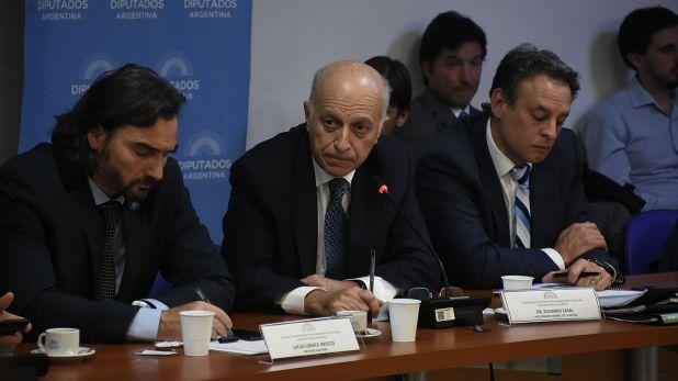 Eduardo Casal, en el medio, durante una presentación en el Congreso (Nicolás Stulberg)