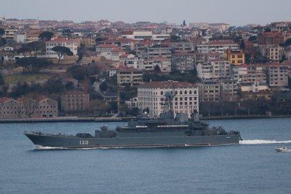 La nave rusa Ropucha navegando en el Bósforo, Estambul, Turquía. REUTERS/Murad Sezer