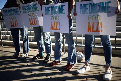 Manifestantes sostienen un cartel fuera del edificio de la Corte Suprema de los Estados Unidos, mientras los jueces de la corte discuten sobre el destino de las leyes de Obamacare, en Washington. REUTERS/Hannah McKay