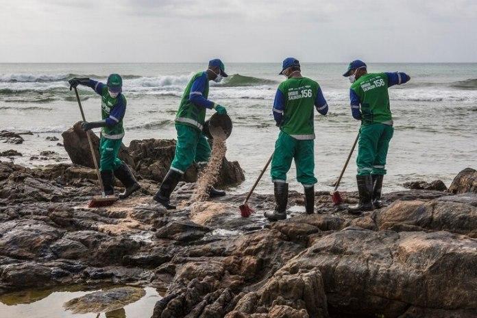 Trabajadores remueven petroleo en Salvador, Bahia (ANTONELLO VENERI / AFP)