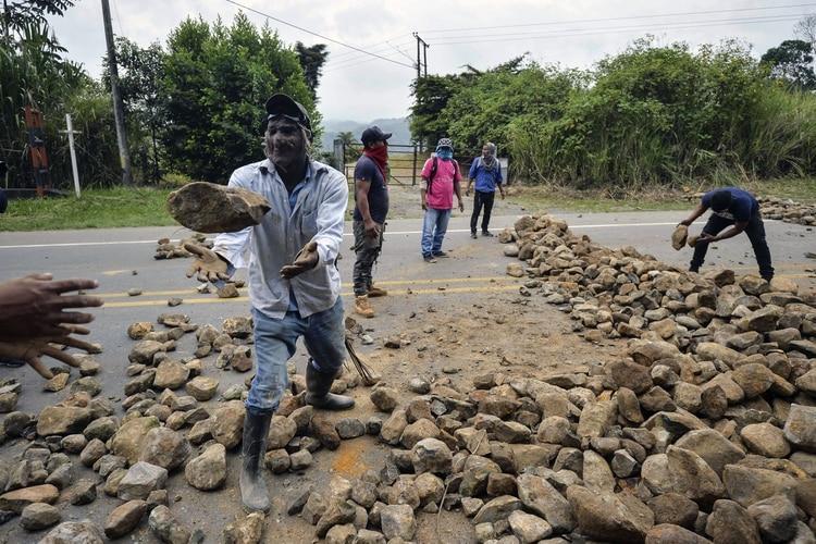 El gobierno denuncia que el paro indígena a generado millones de dólares en pérdidas.(Photo by Luis ROBAYO / AFP)