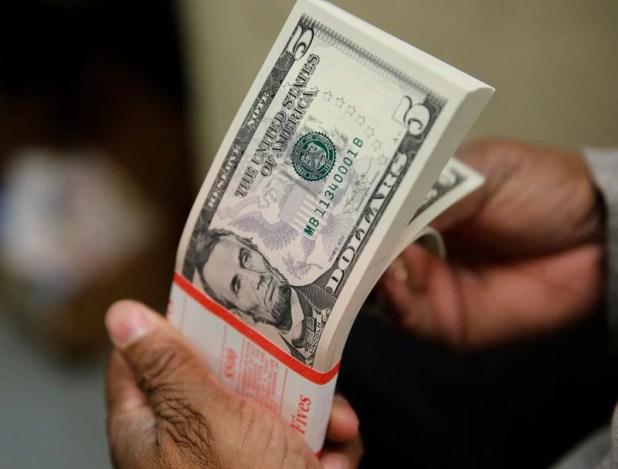 En 2021, el tipo de cambio oficial avanza unos tres puntos por debajo de la tasa de inflación. (Reuters)