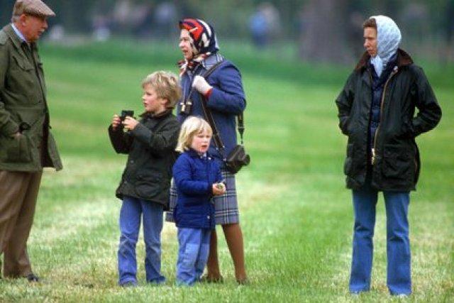 La reina Isabel con sus nietos Peter y Zara Philips, hijos de la princesa Ana