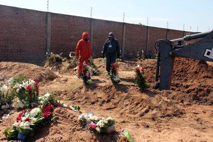 Trabajos para ampliar un cementerio para fallecidos por COVID-19 en Santa Cruz (Bolivia). EFE/Juan Carlos Torrejón