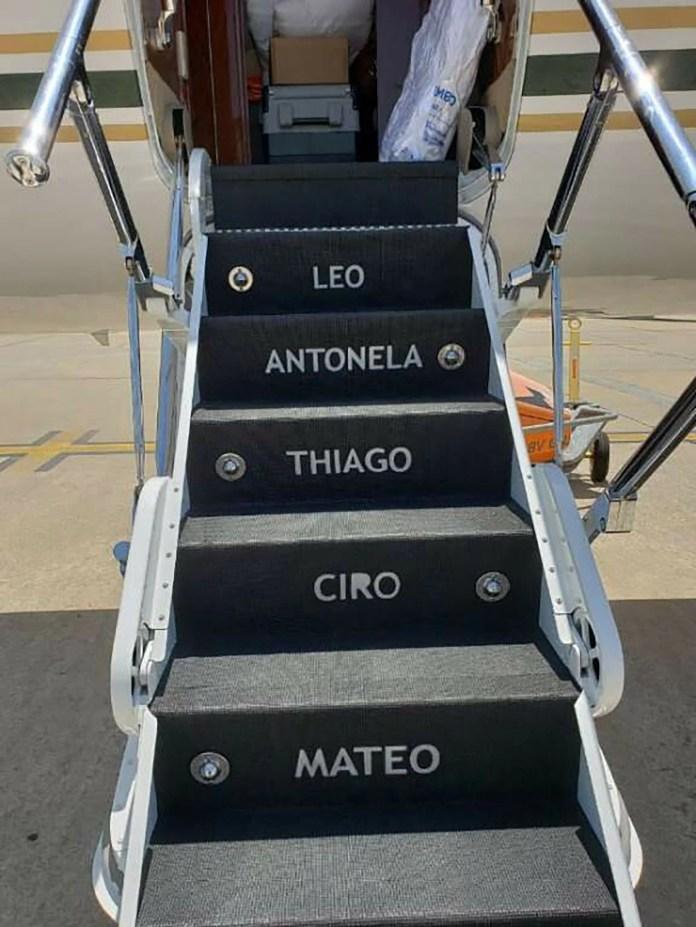 Los integrantes de la familia Messi marcada en la escalera de acceso al jet privado. En el vuelo del presidente estas inscripciones fueron tapadas