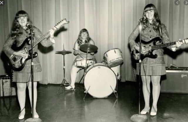 Las hermanas Wiggin, uniformadas como The Shaggs
