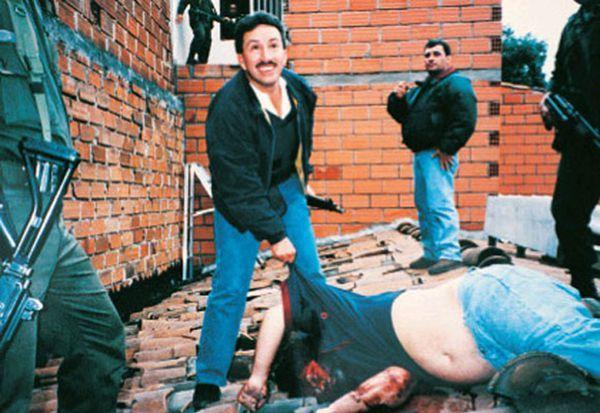 El comandante Aguilar Naranjo sonríe junto al cuerpo de Escobar. El zar de la droga fue acribillado por el Bloque de Búsqueda mientras huía por un tejado en Medellín. Fue el 2 de diciembre de 1993