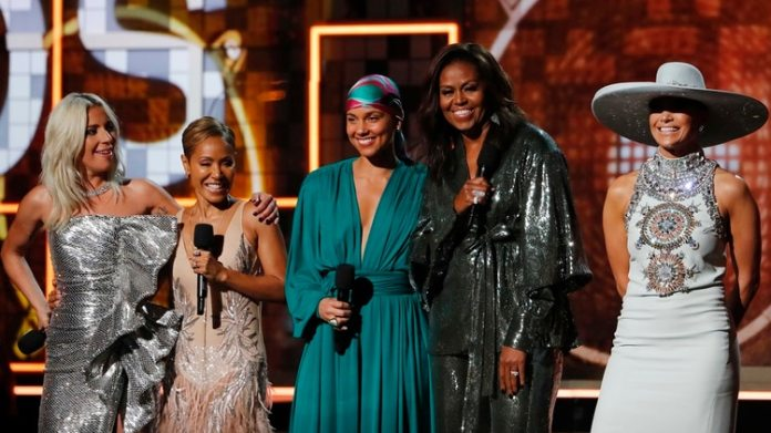 Lady Gaga, Jennifer Lopez, Alicia Keys,  Michelle Obama y Jada Pinkett Smith. REUTERS/Mike Blake