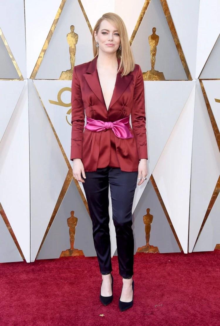 """Emma Stone """"Me encanta parece que está en esta inspiración de Louis Vuitton es un mix entre elegante y rockero. El saco boravino combinado con rosa chicle y el pantalón pitillo azul violacio dan una gran combinación con géneros con base de satén"""", opinó Dinar"""
