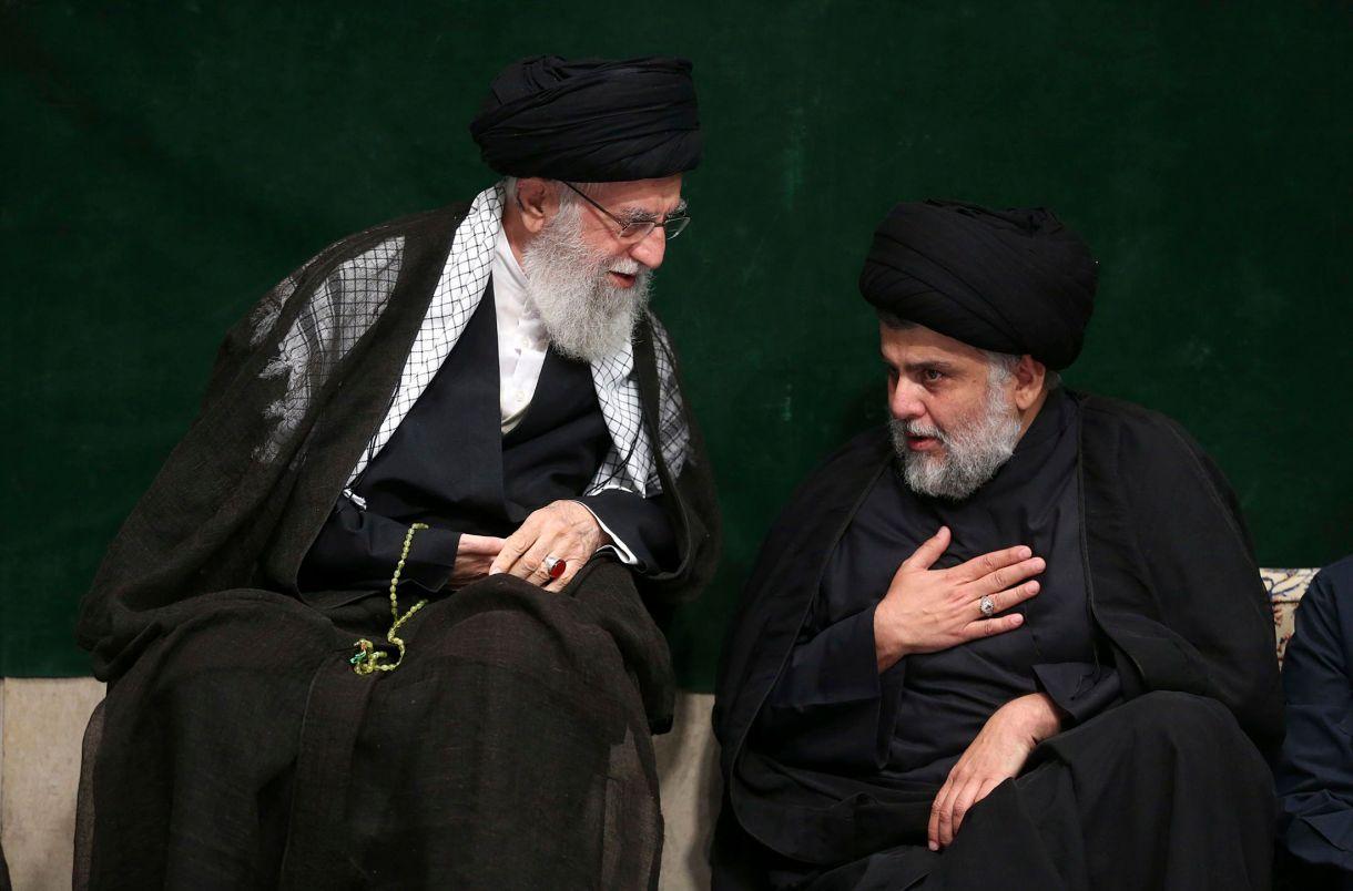 En esta imagen distribuida por el cibersitio oficial de la oficina del líder supremo de Irán, el ayatolá Ali Khamenei (izquierda), habla con el clérigo chií iraquí Muqtada al-Sadr durante una ceremonia por la Ashoura, que conmemora el aniversario de la muerte de Hussein, el nieto del profeta Mahoma, en Teherán, Irán, el 10 de septiembre de 2019. (Oficina del líder supremo de Irán vía AP)