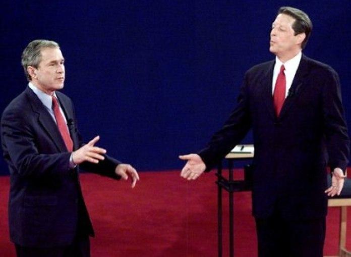 El para entonces candidato republicano, George W. Bush (d) y su oponente demócrata, Al Gore (i)
