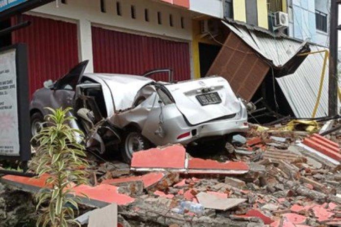 Varias edificaciones y vehículos se vieron afectados por el terremoto de Indonesia