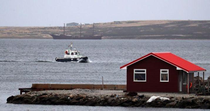 Una embarcación aproximándose a la costa en Puerto Argentino, en Malvinas (Imagen de archivo)