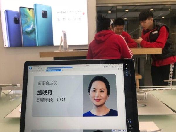 Imagen del perfil de la directora financiera de Huawei, Meng Wanzhou, visto en una computadora de la marca en una de sus tiendas en Beijing (AP Foto/Ng Han Guan)