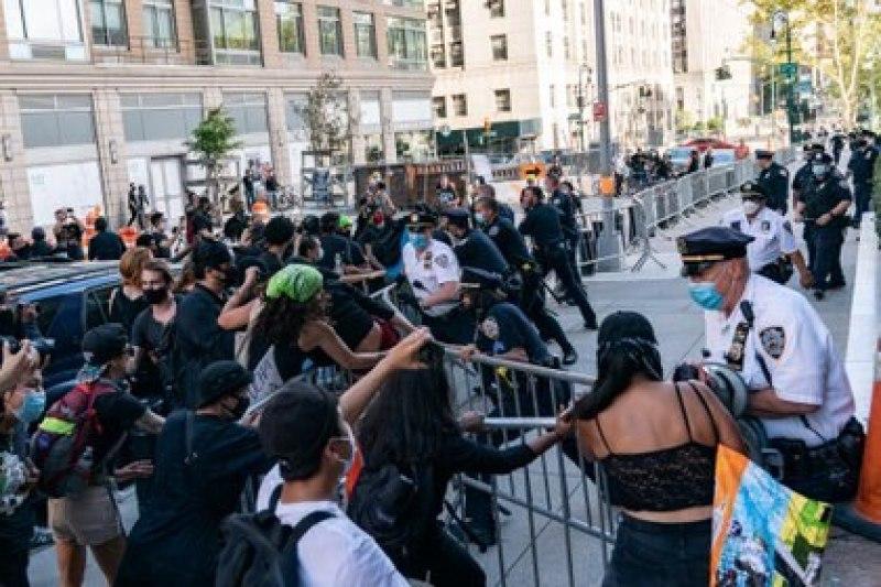 Miembros del Departamento de Policía de Nueva York (NYPD) se enfrentan a manifestantes durante una protesta en Manhattan, el 27 de septiembre de 2020 (REUTERS/Jeenah Moon)