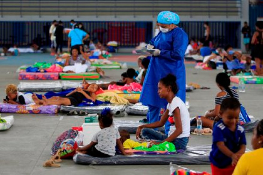 About 100 families affected by the floods caused by Hurricane Iota take refuge today in a shelter installed in the Coliseo de Combate de Cartagena, in Cartagena (Colombia).  EFE / RICARDO MALDONADO ROZO