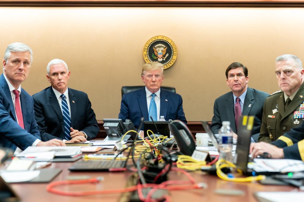 Esta foto tomada y publicada por la Casa Blanca muestra al presidente de los Estados Unidos Donald Trump mirando en la Sala de Situación mientras las fuerzas de Operaciones Especiales se acercan al líder de ISIS Abu Bakr al-Baghdadi (AFP)