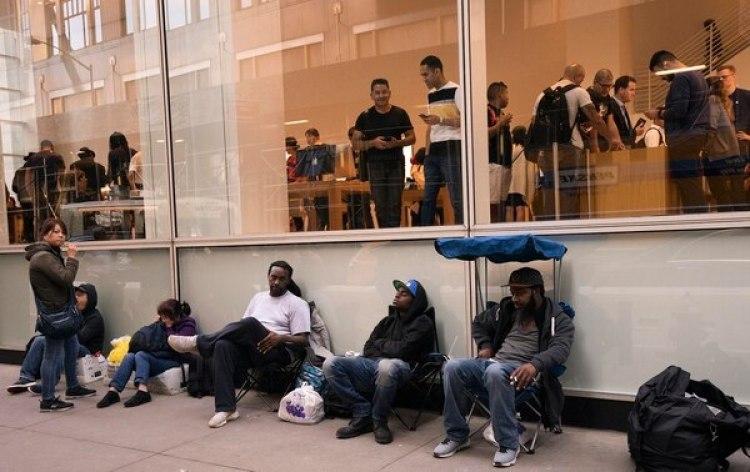 La fila afuera del Apple Store de la Quinta Avenida en Nueva York, en la víspera del lanzamiento del buque insignia de Apple(AFP PHOTO / Don Emmert)
