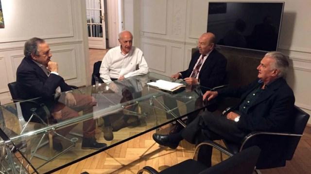 Lavagna junto a dirigentes de la UCR. El ex ministro buscará ampliar el respaldo radical