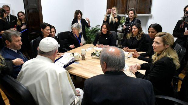 El papa Francisco junto a un grupo de primeras damas, entre ellas, Fabiola Yáñez