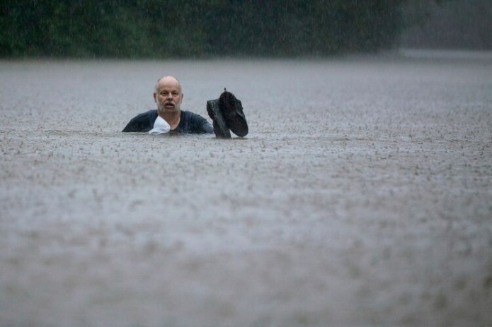 Un hombre camina en una zona inundada por las fuertes lluvias provocadas por la tormenta tropical Imelda el jueves 19 de septiembre de 2019 en Patton Village, Texas. (Brett Coomer/Houston Chronicle vía AP)