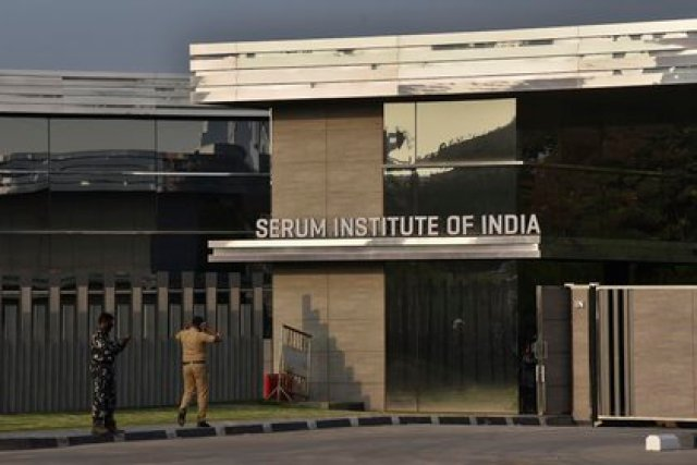 La entrada del Serum Institute of India en Pune, India (AP Photo)