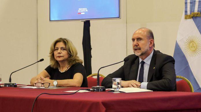 Omar Perotti con la ministra de Salud Sonia Martorano