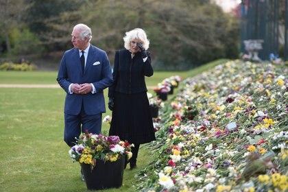 El príncipe Carlos de Inglaterra y Camilla, duquesa de Cornualles, visitaron los jardines de Marlborough House para ver las flores y los mensajes dejados por los miembros del público fuera del Palacio de Buckingham tras la muerte del príncipe británico Felipe, en Londres, Gran Bretaña 15 de abril de 2021.