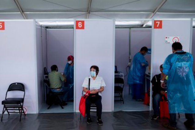 Personas mayores esperan para recibir la primera dosis de la vacuna china Sinovac contra la Covid-19 hoy, en un centro habilitado para la vacunación en masa, en Santiago (Chile). EFE/ Alberto Valdés
