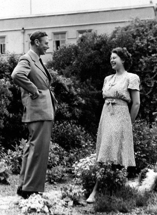 Isabel con el rey Jorge VI. El 6 de febrero de 1952, durante una gira, la princesa recibió la noticia de la muerte de su padre, que ascendió al trono en 1936, luego de que su hermano, Eduardo VIII, abdicara para poder casarse con la estadounidense Wallis Simpson