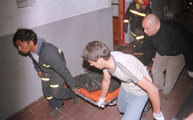 El traslado del cuerpo de uno de los tres alumnos asesinados en la escuela Islas Malvinas (Foto NA: Gentileza Noticias de la Costa)