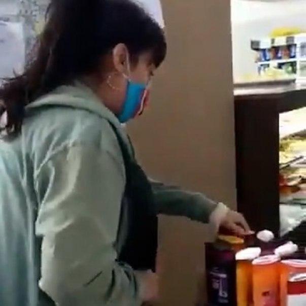La mujer llevaba su rostro cubierto por un tapabocas
