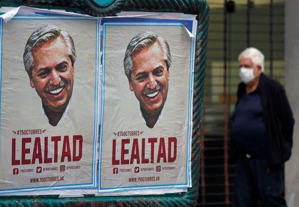 El centro porteño fue empapelado con afiches alusivos al 17 de octubre (Foto: Reuters)