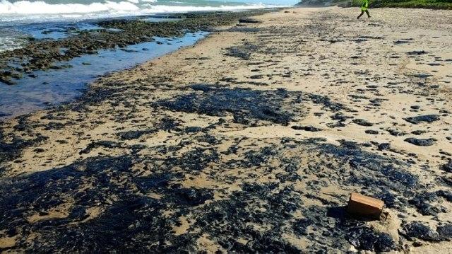 Petróleo derramado en la playa de Pontal de Coruripe en el municipio de Coruripe, estado de Alagoas (AFP)