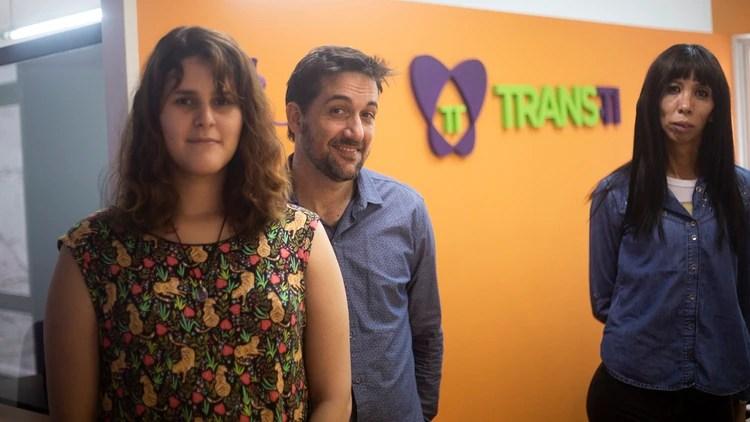 Luvia (izquierda) y Tatyana (derecha) trabajan en Trans-Ti, el emprendimiento de Daniel Coletti (centro) (Matías Baglietto)
