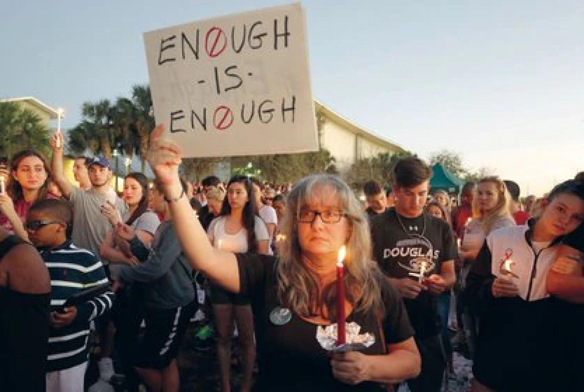 (ARCHIVO) Florida, Estados Unidos: Miles de personas mantuvieron esta madrugada una vigilia en memoria de las 17 víctimas mortales del tiroteo en una escuela de Parkland, en el sur de Florida, y reclamaron a las autoridades mayores controles para la compra de armas.  Decenas de jóvenes y alumnos de la escuela Marjory Stoneman Douglas se emocionaron hasta las lágrimas al escuchar el testimonio del padre de una niña de 14 años, Jamie Guttenberg, que fue asesinada en el tiroteo. Foto: Rhona Wise