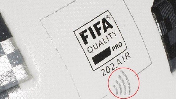 El balón lleva un logotipo que indica la presencia de un chip