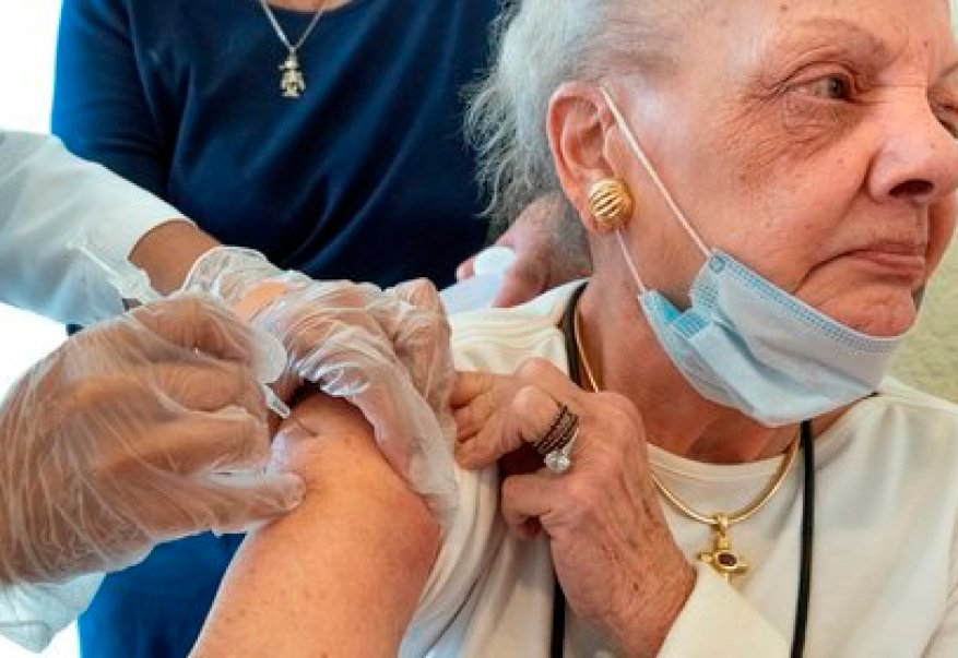 Adults over 75 years of age are at a higher risk of becoming seriously ill from Covid-19, for that reason they are considered in the early stages of vaccination.  (Photo: CRISTOBAL HERRERA-ULASHKEVICH EFE / EPA)