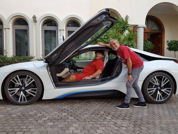 Junto al periodista Daniel Arcucci, Diego Maradona a bordo de su BMW i8 de propulsión híbrida