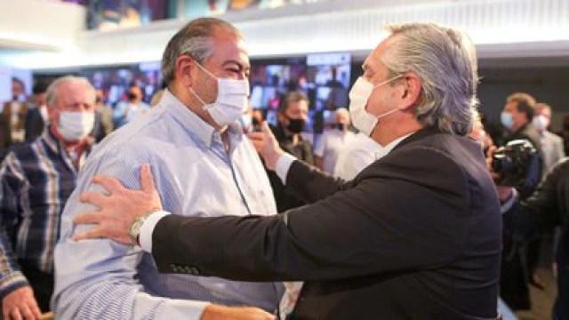Héctor Daer, cotitular de la CGT, y Alberto Fernández, en el acto del 17 de octubre en la sede cegetista