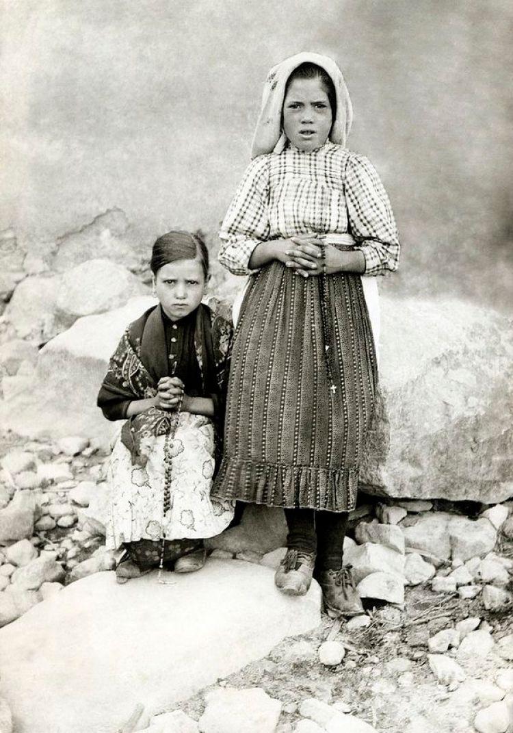 Jacinta, sentada junto a su prima, Lucía de Jesús dos Santos. Ambas tienen un rosario en sus manos. Francisco ya había muerto y poco después sería el turno de la más pequeña de los pastorcitos de Fátima