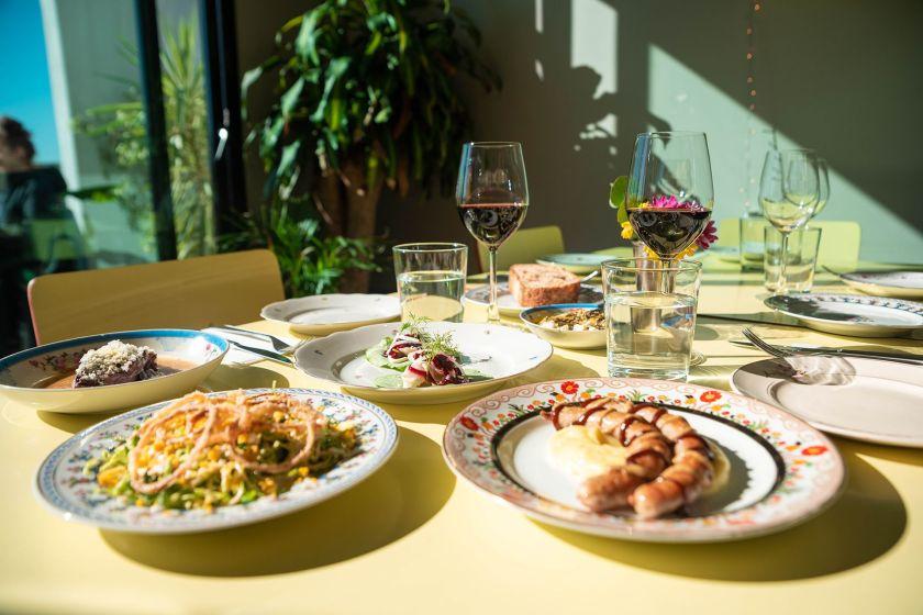 Micaela Najmanovich y Nicolás Arcucci buscaron que el comensal pudiera disfrutar mucho de ver a alguien cocinando para él, pero sin perder la familiaridad