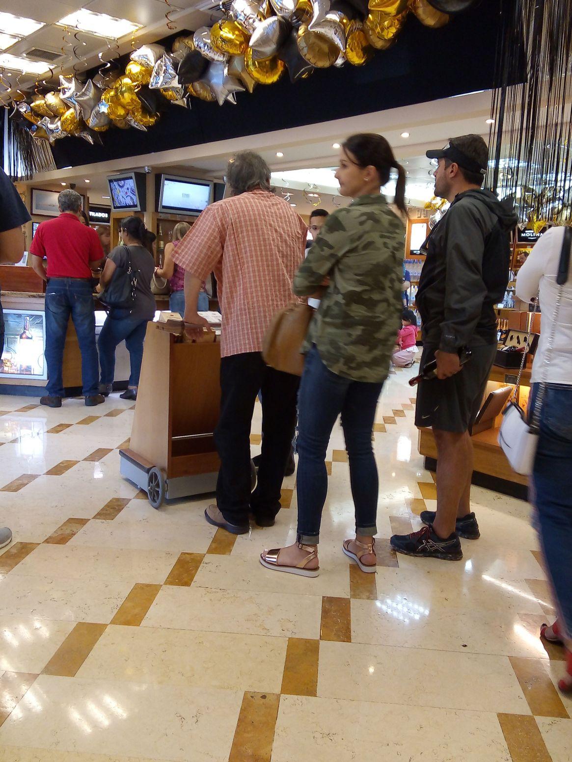 Una fila en una tienda de licores y productos importados de Caracas