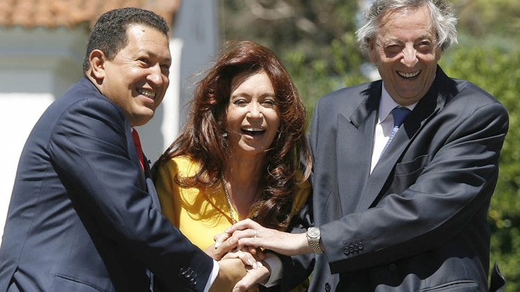 Hugo Chávez, Cristina Kirchner y Néstor Kirchner en la residencia presidencial argentina en Olivos, en marzo de 2007 (AFP)